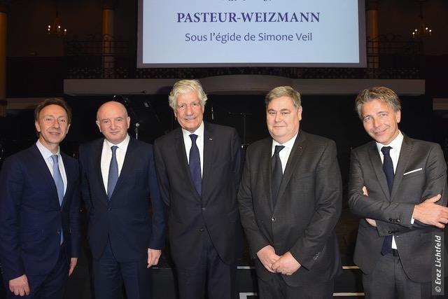 De gauche à droite : Stéphane Bern, Professeur Daniel Zajfman, président de l'Institut Weizmann des Sciences, Maurice Lévy, président de Pasteur-Weizmann, Pierre-François Veil, David Weizmann. © Erez Lichtfeld
