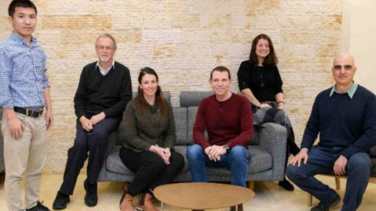 de gauche à droite) Docteur Weifeng Lin, professeur Jacob Klein, docteur Ronit Goldberg, docteur Nir Kampf, docteur Monika Kluzek et docteur Eyal Shimoni