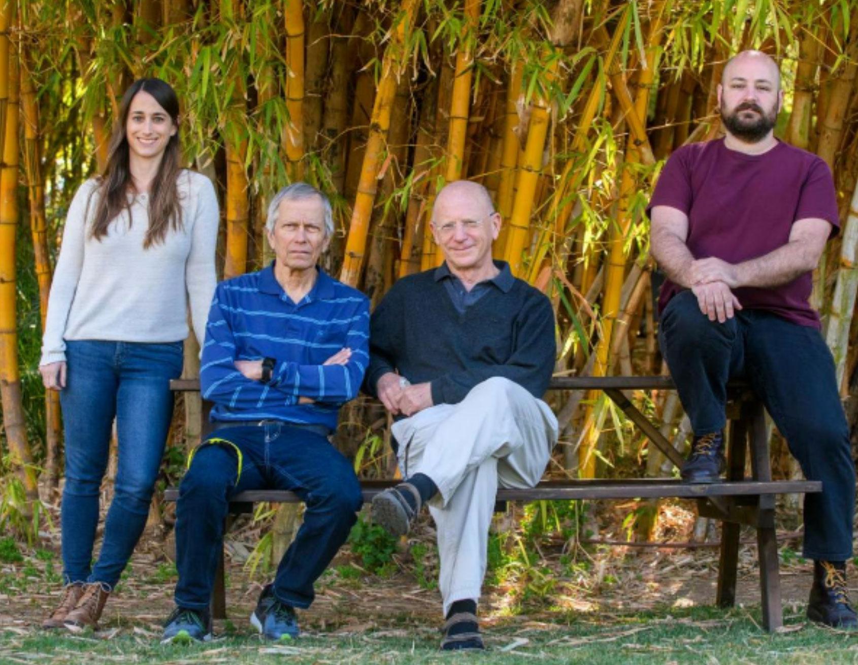 (de gauche à droite) Nirit Sukenik, le professeur Menahem Segal, le professeur Elisha Moses et Eyal Weinreb